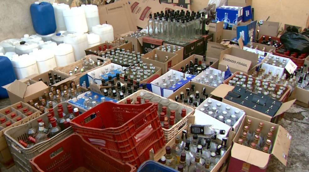Apreensão de bebidas falsificadas pela Polícia Militar (Foto: Reprodução/EPTV)