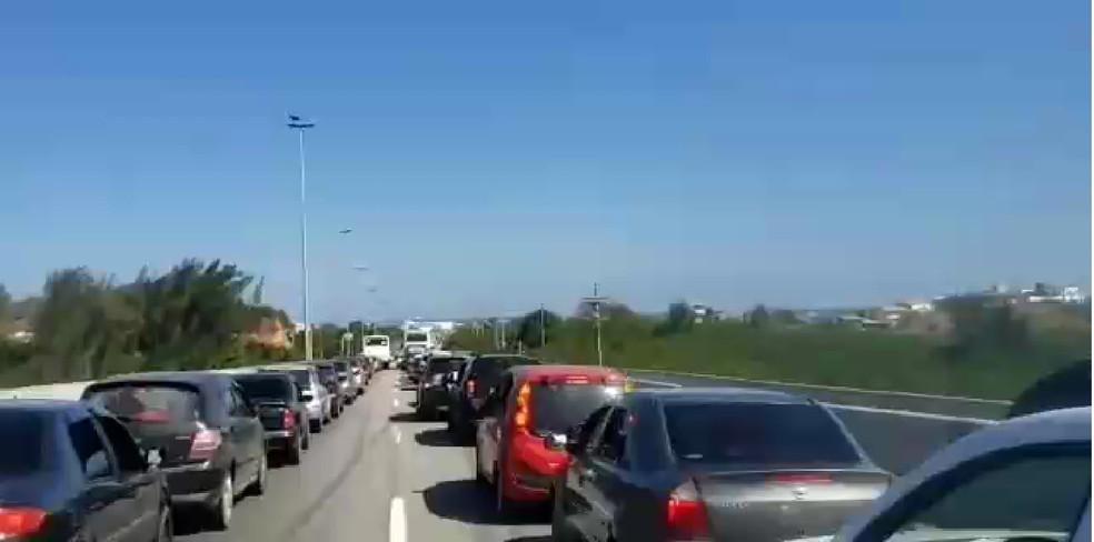 Principais avenidas da cidade foram tomadas por carros que chegavam a Cabo Frio neste domingo. — Foto: Reprodução
