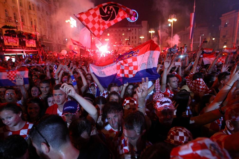 Festa de croatas tomou praça e adentrou a noite em Zagreb após resultado na Copa do Mundo (Foto: Antonio Bronic/Reuters)
