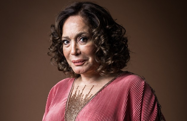 Irmã do pai de Lola, Emília (Susana Vieira) é uma mulher solitária, viúva de um homem riquíssimo. Apesar de ter um carinho pela família, mantém-se distante das sobrinhas e sofre com o distúrbio mental da filha, Justina (Julia Stockler) (Foto: TV Globo)