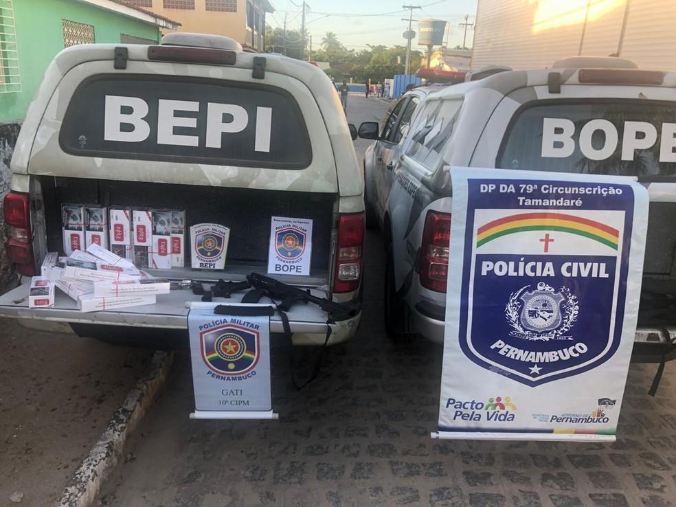 Cigarros ilegais e armas foram apreendidas em Tamandaré, no Litoral Sul de Pernambuco — Foto: Divulgação/PCPE