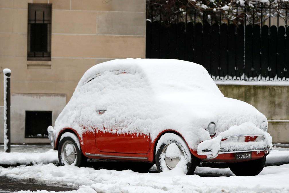 Carro coberto de neve em rua de Paris no dia 7 de fevereiro de 2018  (Foto: Gonzalo Fuentes/Reuters)