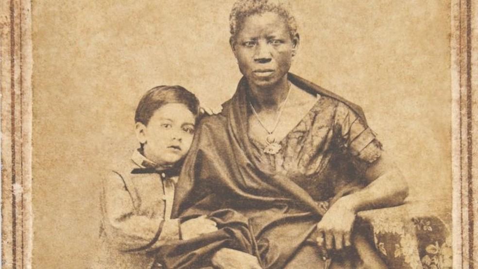 Augusto Gomes Leal com sua ama de leite Mônica, em fotografia de João Ferreira Villela, de 1860 — Foto: Acervo Fundação Joaquim Nabuco/Min. da Educação