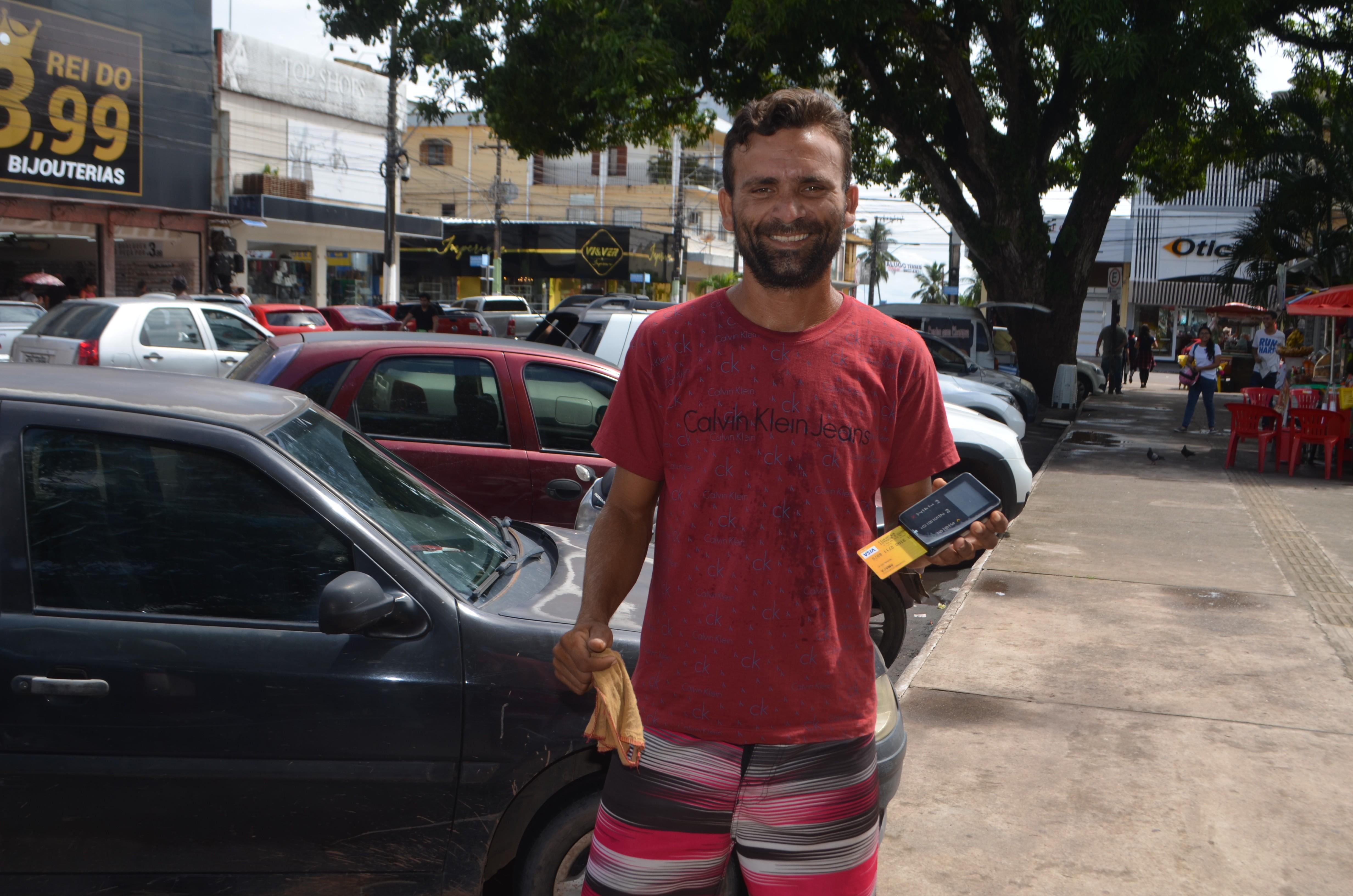 Flanelinha adota máquina de cartão para receber gorjetas e comemora: 'R$ 1,5 mil só no Natal'