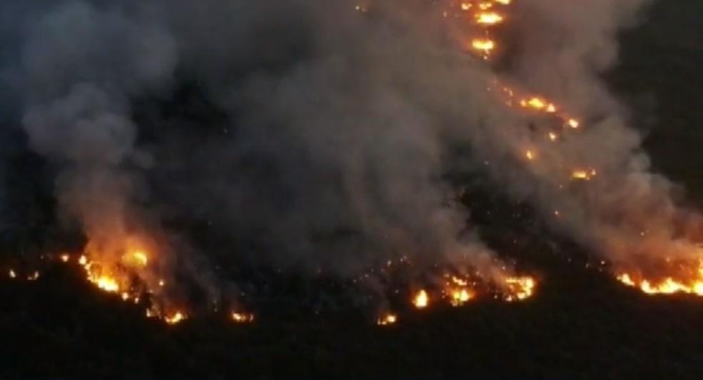 Incêndio atinge área de preservação ambiental da Chapada Diamantina, na Bahia — Foto: Reprodução/TV Bahia