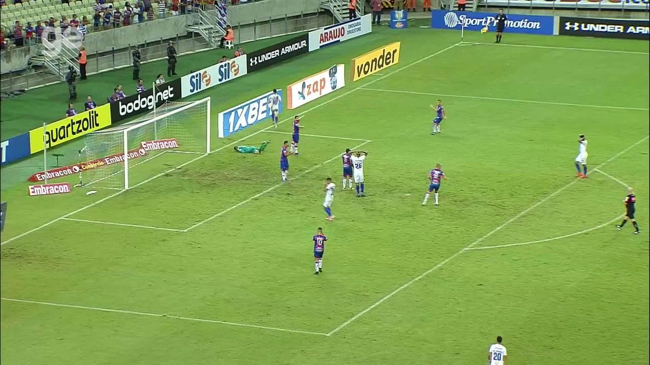 Dedé cabeceia firme, mas Felipe Alves faz grande defesa aos 43 do 2ºT, contra Cruzeiro