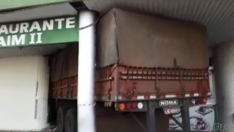 Caminhão invadiu restaurante em Wenceslau Braz neste sábado (28) (Foto: Reprodução/ RPC)