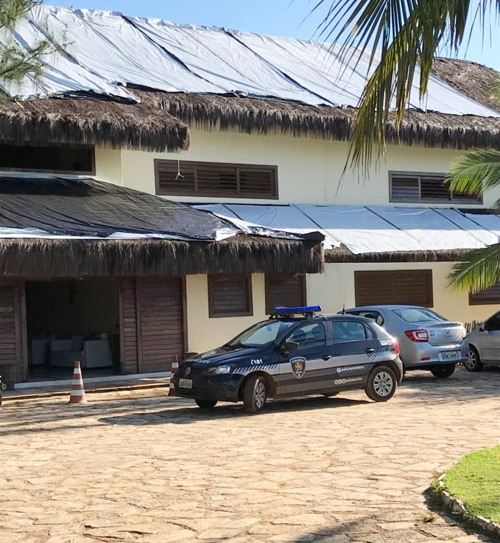 Policiais fizeram apreensões em um hotel em Icapuí, no Ceará, um dos alvos da Operação Hestia (Foto: Polícia Civil/Divulgação)