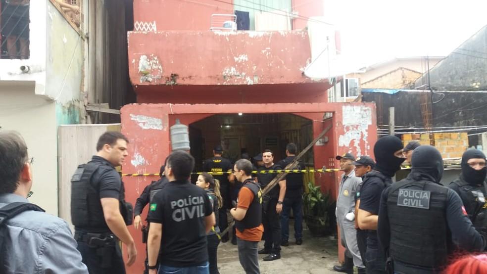 Policiais em frente ao bar onde a chacina ocorreu:  — Foto: Jalilia Messias/TV Liberal