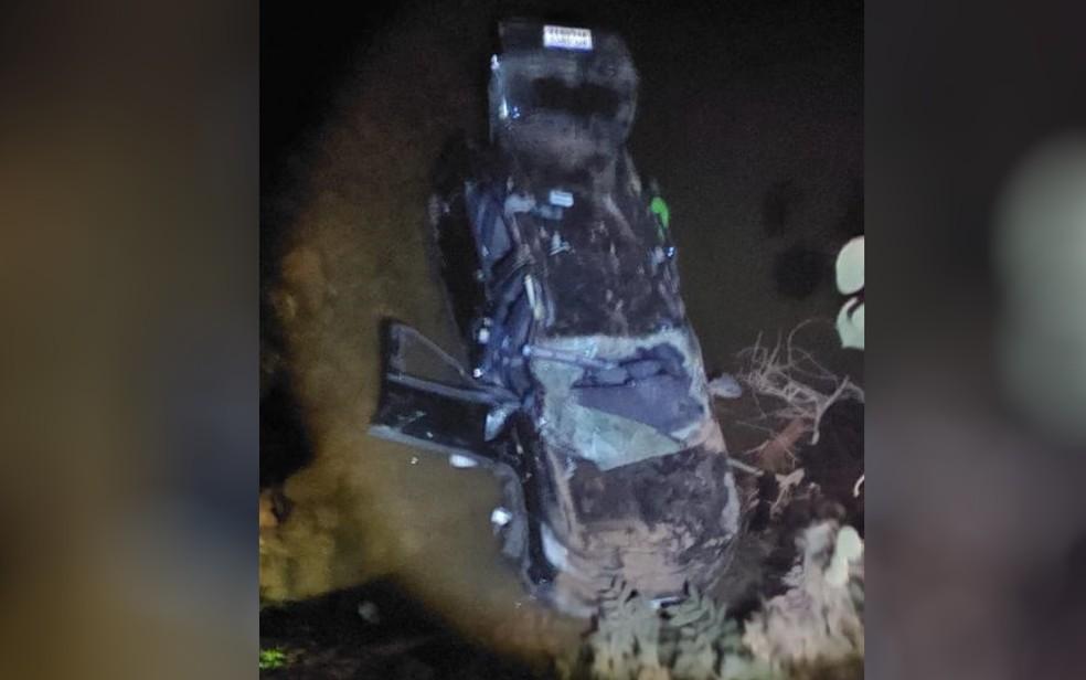 Carro despencou de altura de 4 metros e caiu em córrego de Alto Paraíso de Goiás — Foto: Reprodução/Bombeiros