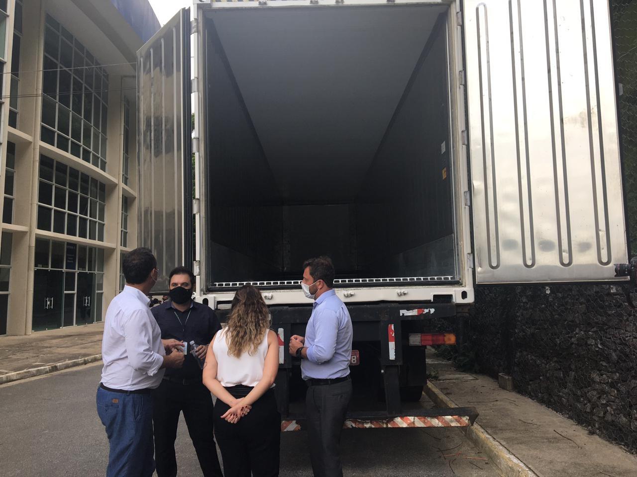 Santos, SP, instala contêiner refrigerado que armazenará doses da vacina contra a Covid-19