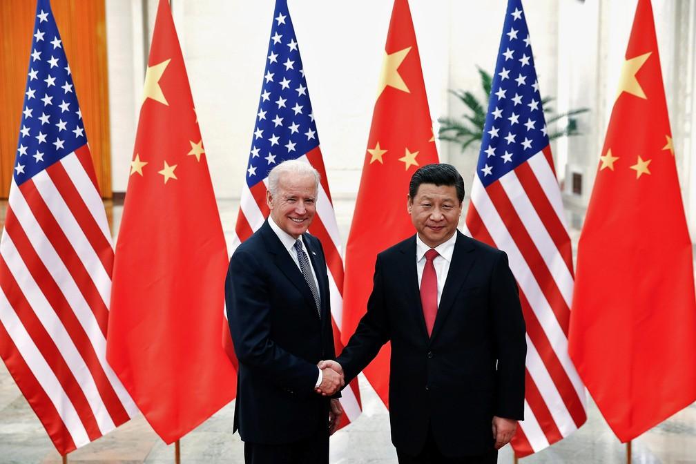 Presidente da China, Xi Jinping, cumprimenta então vice-presidente dos EUA, Joe Biden, em Pequim em foto de 2013 — Foto: Lintao Zhang/Pool/Reuters