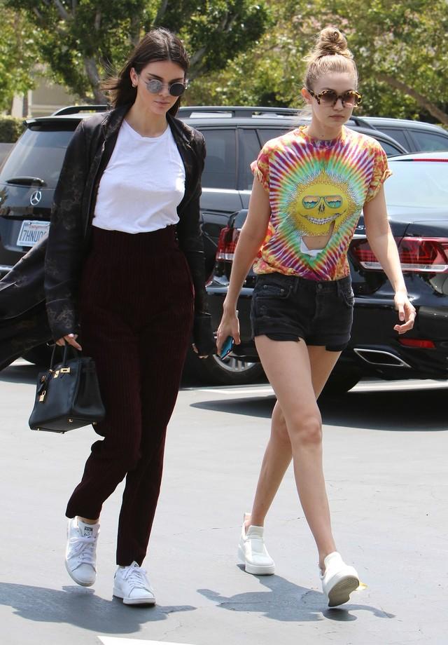 Kendall Jenner dispensa uso de lingerie pelas ruas de LA