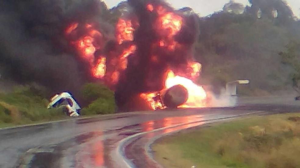 Acidente aconteceu no início da tarde desta sexta-feira (29) em um trecho de curva da PR-092 (Foto: PRE/Divulgação)