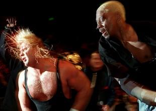 30 Jul 2000: 'Mr Perfect' Curt Hennig (left) versus Dennis 'Bad Boy' Rodman (right) in action during a WCW wrestling match held at the Sydney Superdome in Sydney, Australia. Mandatory Credit:  (Foto: Adam Pretty/ALLSPORT)
