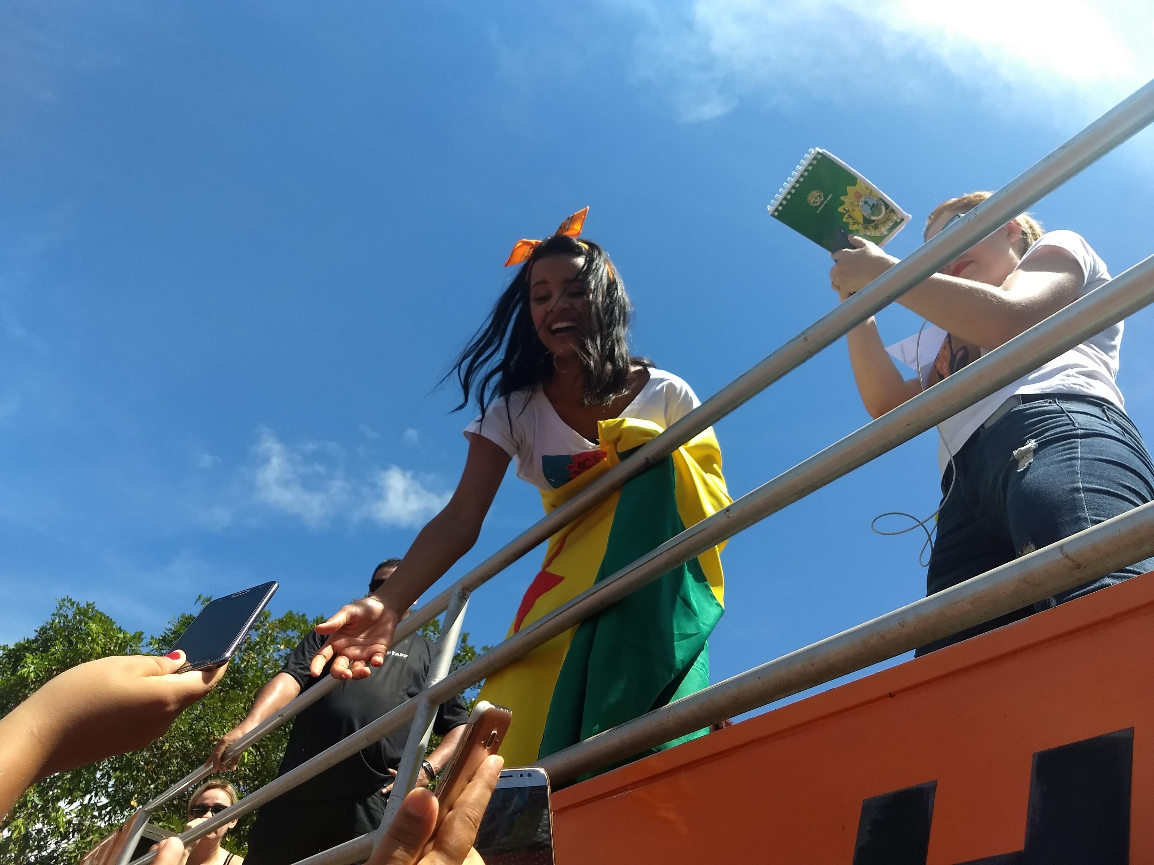 Gleici volta a bairro onde morava na periferia e é recebida com festa em Rio Branco