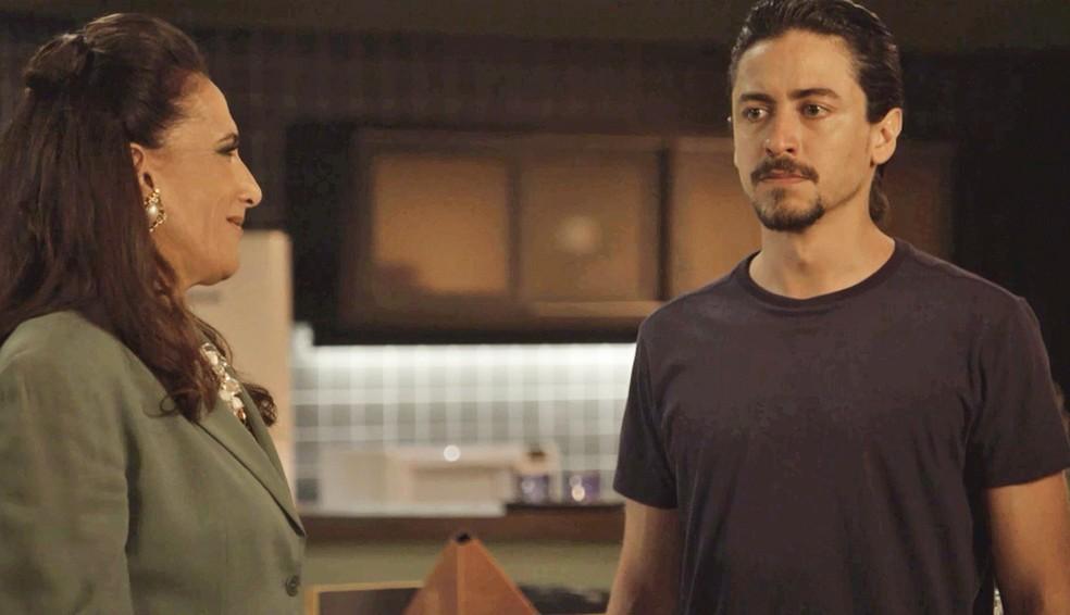 Mercedes (Totia Meireles) faz proposta para Jerônimo (Jesuíta Barbosa), que fica balançado, em 'Verão 90' — Foto: TV Globo