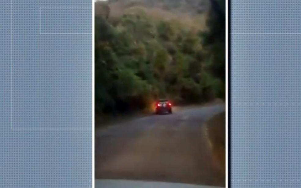 Motorista bêbado é preso após perder controle de direção e cair em buraco na LMG-880, em Poços de Caldas — Foto: Reprodução EPTV