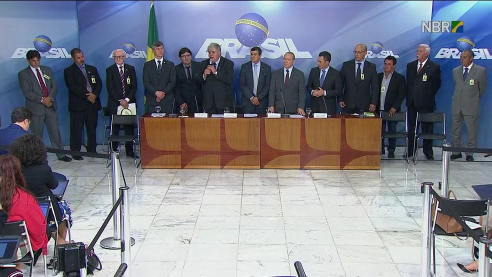 Ministros e caminhoneiros após entrevista coletiva em que anunciaram acordo para suspender greve (Foto: Reprodução/NBR)