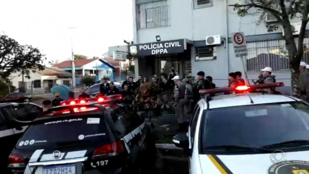 Policiais civis prestam homenagem a Edler Gomes dos Santos, morto em operação — Foto: Reprodução/RBS TV
