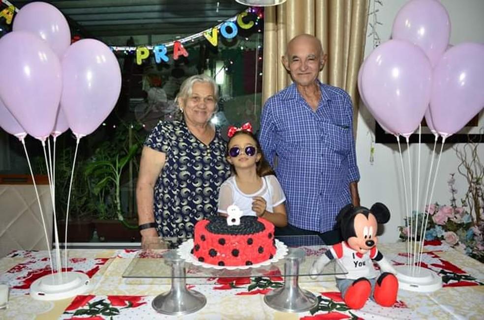 Os maranhenses João Evangelista e Francisca Saraiva (sua esposa), no aniversário de oito anos da neta Ana Luísa, brasiliense — Foto: Arquivo pessoal