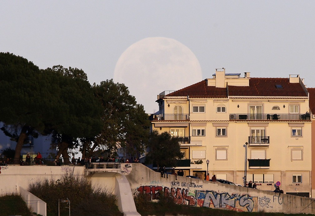 Superlua vista de Lisboa, Portugal — Foto: Associated Press
