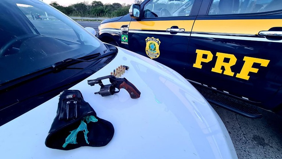 Foragido por tráfico de drogas é preso com dupla armada na BR-116 — Foto: Divulgação/PRF