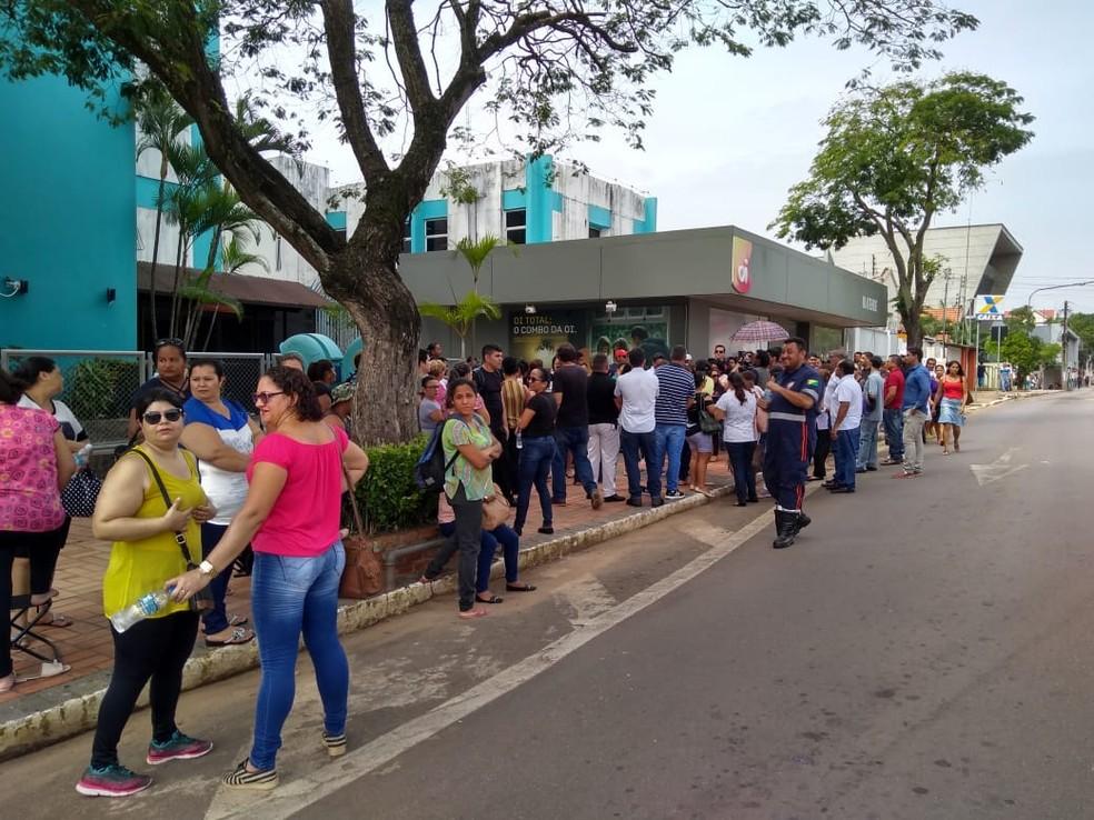 Servidores do Pró-Saúde protestam pelo segundo dia seguido em frente a casa civil — Foto: Alcinete Gadelha