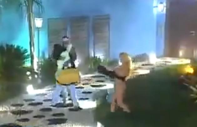 Durante uma eliminação do 'BBB' 3, uma mulher invadiu o palco usando apenas um tapa-sexo (Foto: TV Globo)