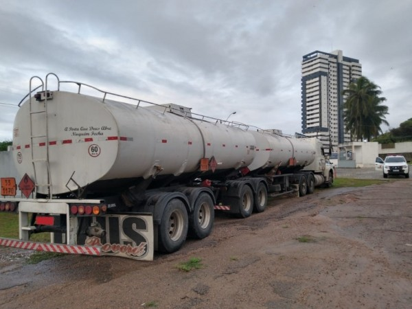Carreta com cerca de 45 mil litros de álcool hidratado é apreendida em Pilar, AL