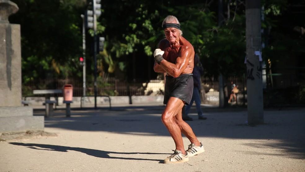 Robert faz pose em praça da Tijuca — Foto: Reprodução