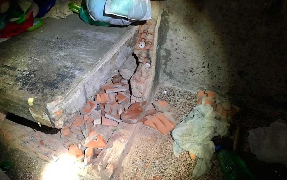 Início de túnel escavado por presos na Bahia (Foto: Divulgação/SSP-BA)