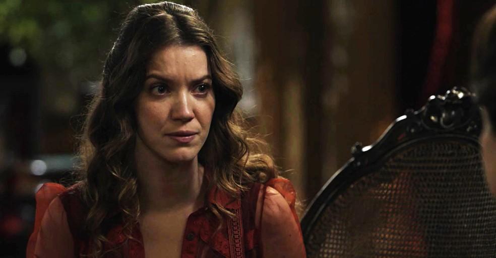 Elisabeta quer saber tudo sobre a história da Rainha do Café (Foto: TV Globo)