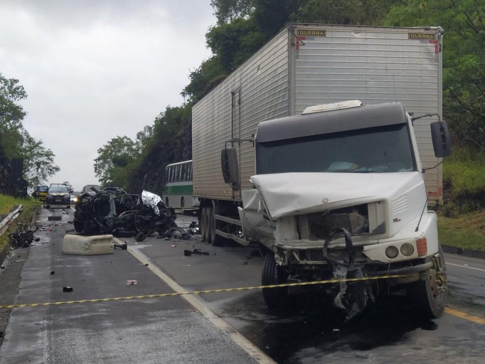 De acordo com informações da PRF, o acidente aconteceu por volta das 5h no km 210 da rodovia — Foto: Eduardo Dias/TV Gazeta