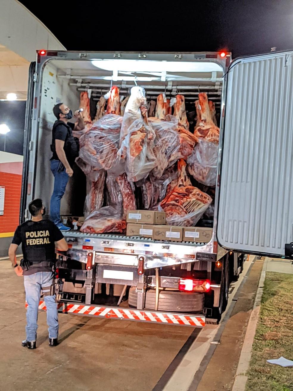 A droga estava oculta no teto de um caminhão baú refrigerado, que transportava carne. — Foto: Polícia Federal e Polícia Rodoviária/Divulgação