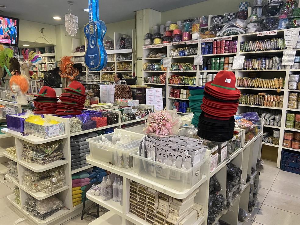 Lojas de aviamentos são procuradas por foliões para buscar materiais de fantasias de carnaval em SP — Foto: Patrícia Figueiredo/G1