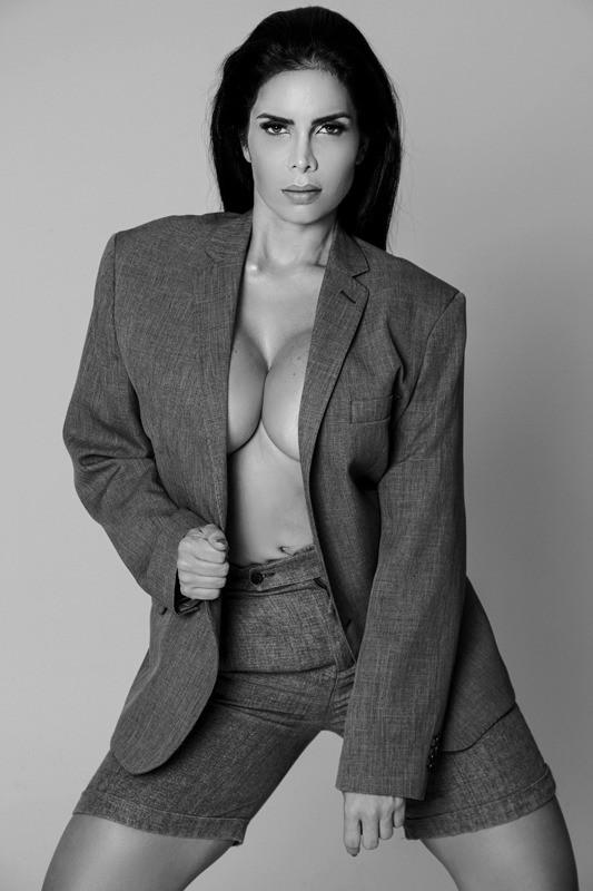 Raissa Machado faz ensaio sensual com alfaiaria: