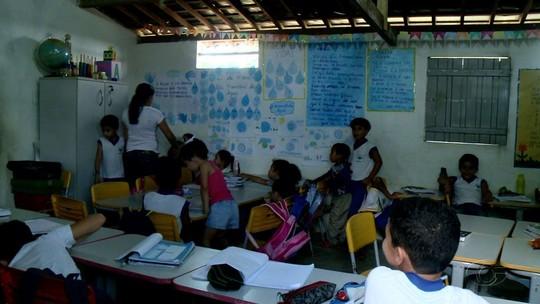 Alunos de séries diferentes dividem a mesma sala em escola municipal de Santana do Mundaú, AL