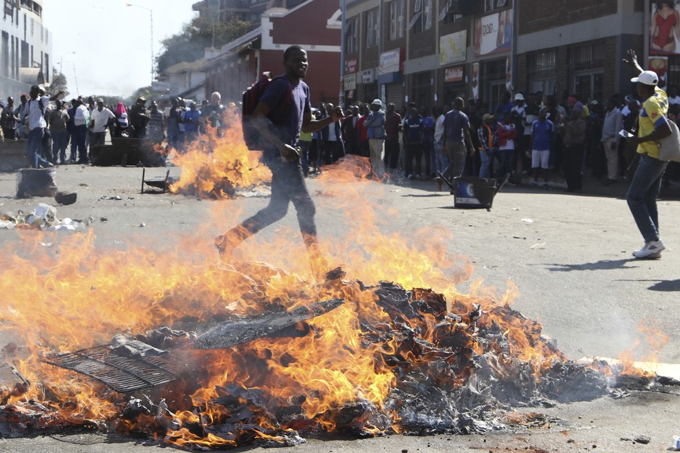 Partidários da oposição fazem piquete em manifestação em Harare, no Zimbábue (Foto: AP Photo)