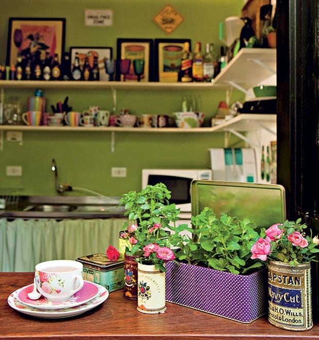 Quer ter uma horta em casa? Experimente plantar em latas de chá. O parapeito da janela é o lugar ideal, se receber a visita do sol por algumas horas. Hortelã, manjericão e minirrosas são espécies que se adaptam. Projeto da paisagista Claudia Muñoz (Foto: Edu Castello/Casa e Jardim)
