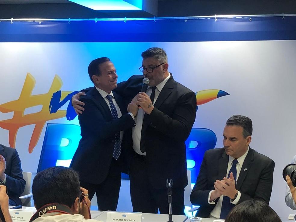 João Doria abraça Alexandre Frota durante anúncio de filiação do deputado ao PSDB — Foto: Beatriz Magalhães/G1