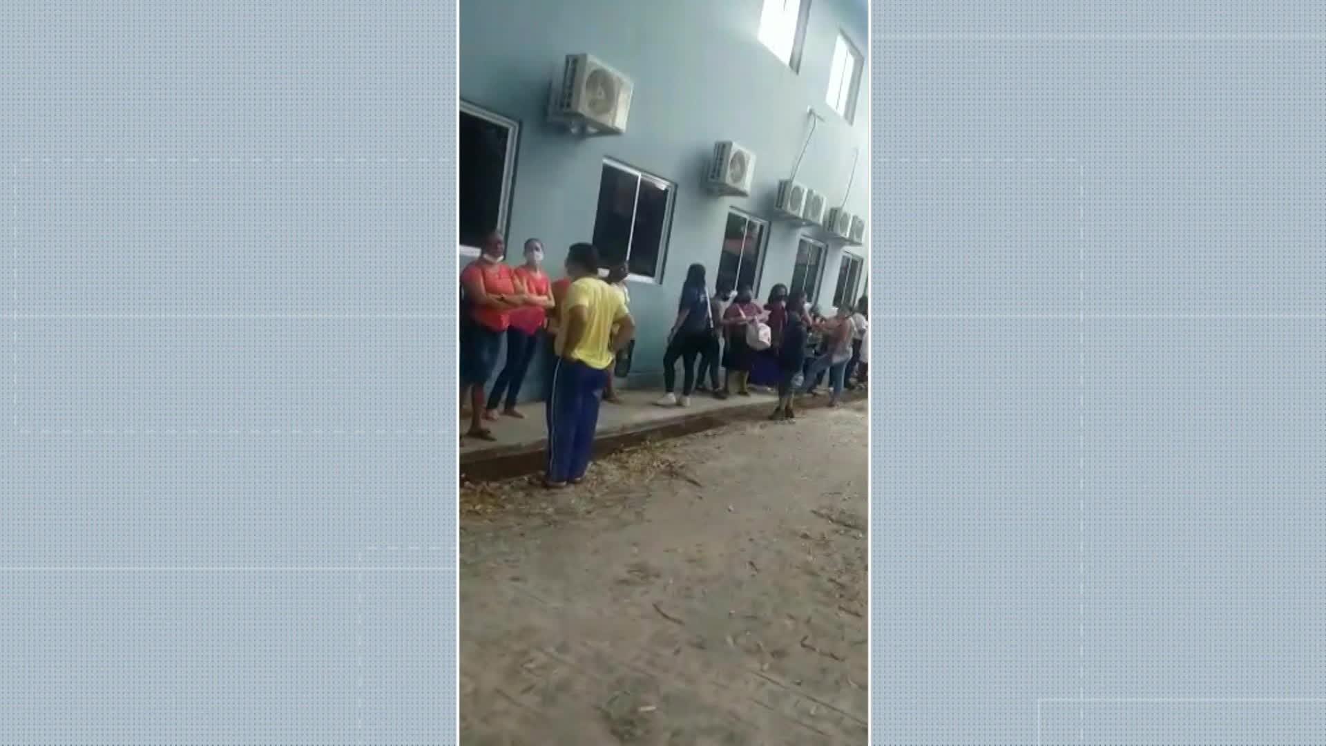 Fila para marcar consultas com neuropediatra tem aglomeração e discussão por ficha no Cisam, na Zona Norte do Recife