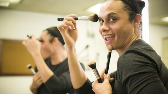 Silvero Pereira ensina passo a passo de maquiagem feminina e fala sobre a arte transformista