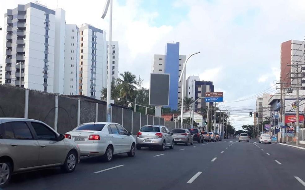 Fila na Pituba faz retorno em clube da região e ocupa uma via da Avenida ACM e da Rua Rio Grande do Sul (Foto: Maiana Belo/G1 BA)