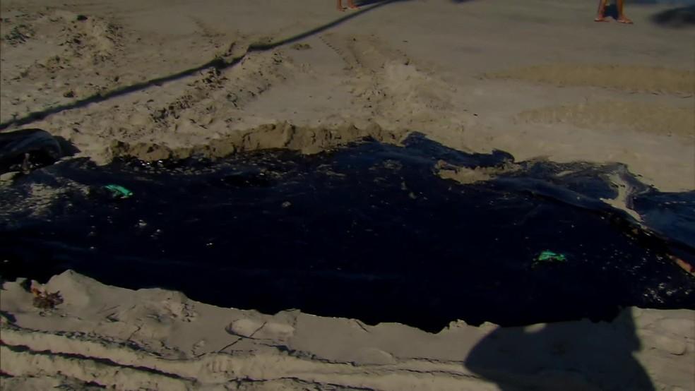 Mancha de óleo foi encontrada, nesta quinta-feira (17), na areia da praia em São José da Coroa Grande, no Litoral Sul de Pernambuco — Foto: Reprodução/TV Globo