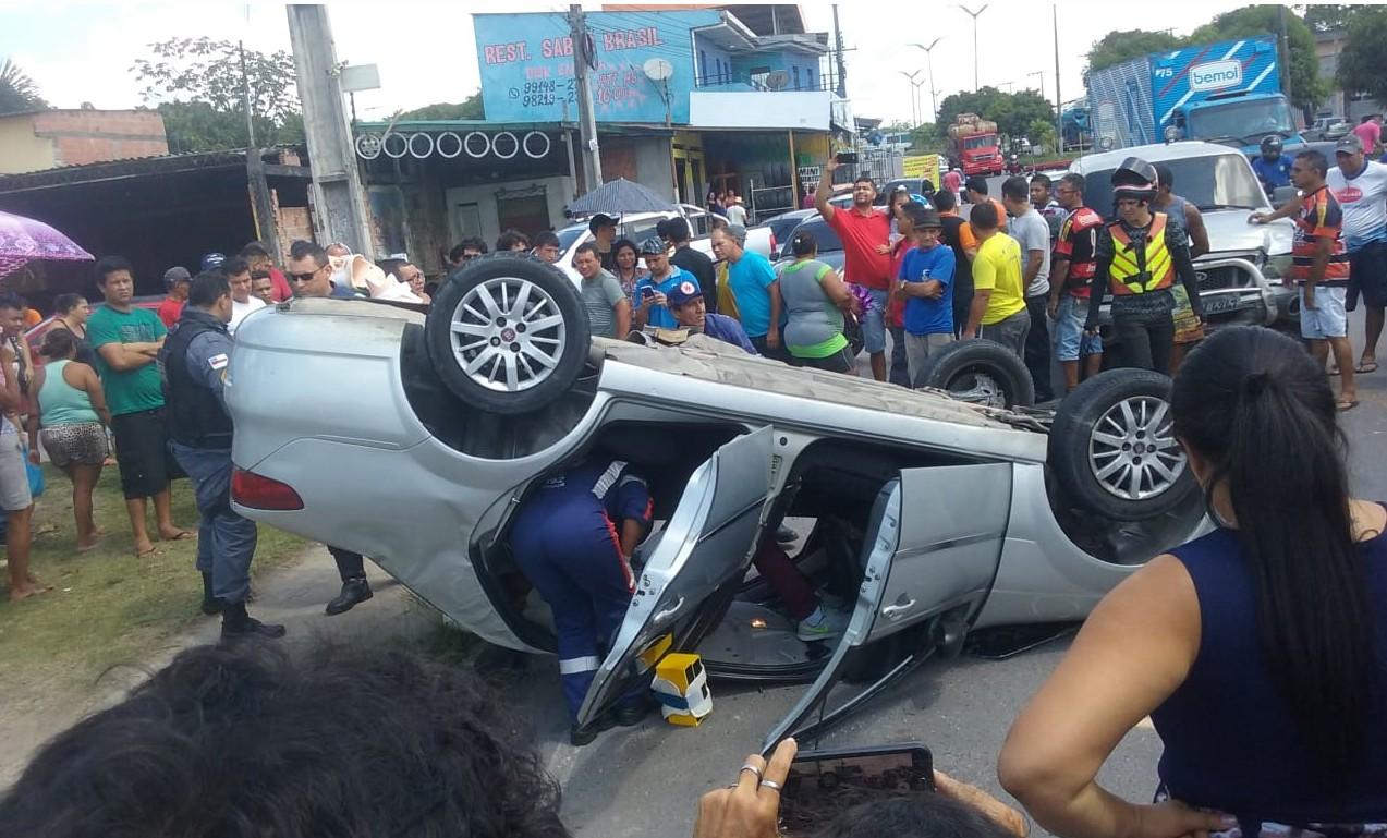 Carro capota após colisão em avenida na Zona Norte de Manaus