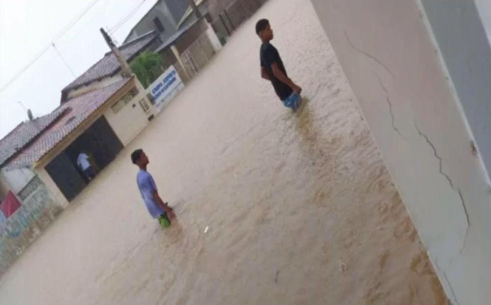 Chuva alagou diversas ruas na cidade — Foto: Reprodução/Globonews