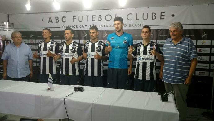 ABC - apresentação Arez, Levy, Romano, Júnior Beliatto e Marquinhos (Foto: Assessoria de Comunicação/ABC FC)
