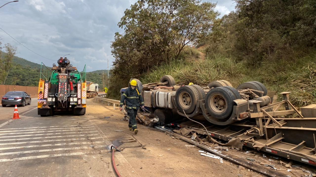 Acidente com caminhões interdita BR-381 por duas vezes na Grande BH; motorista ficou ferido