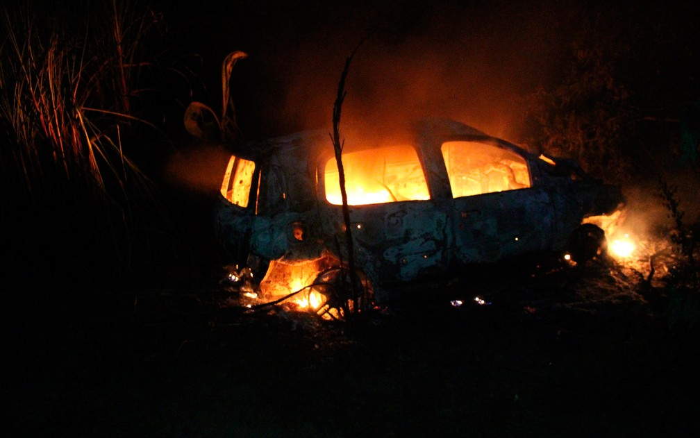 Carona conseguiu sair do carro antes dele pegar fogo (Foto: Sessé Guimmas/Site Medeiros Dia Dia)